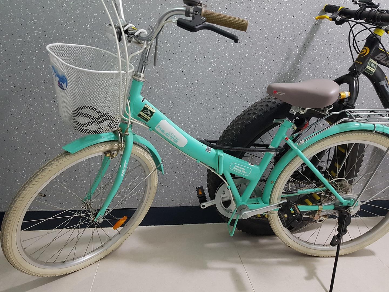 여성용 자전거 팝니다. 민트색 바구니달린 자전거