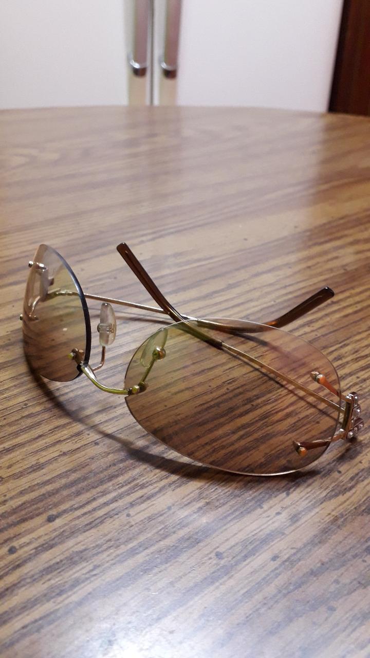 펜디 선글라스입니다  얼굴이 작으신분이 써야합니다 !!데일리로 쓸수있는 썬글라스예요