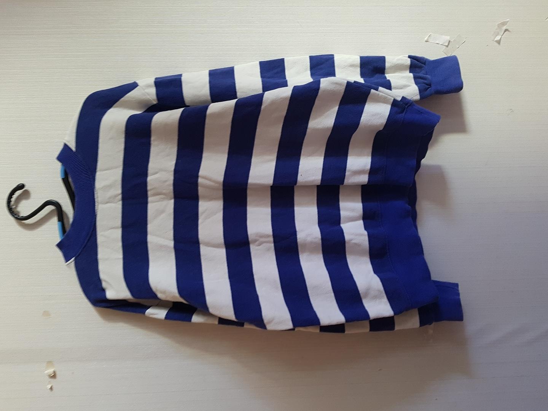 파란색 굵은 줄무늬 맨투맨