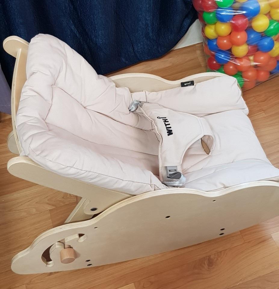 위드아이 원목 흔들바운서 45000원 아이가커도 의자로 사용가능. 시트가격만도...25ㅡ26 사이에가져가시면 3만원