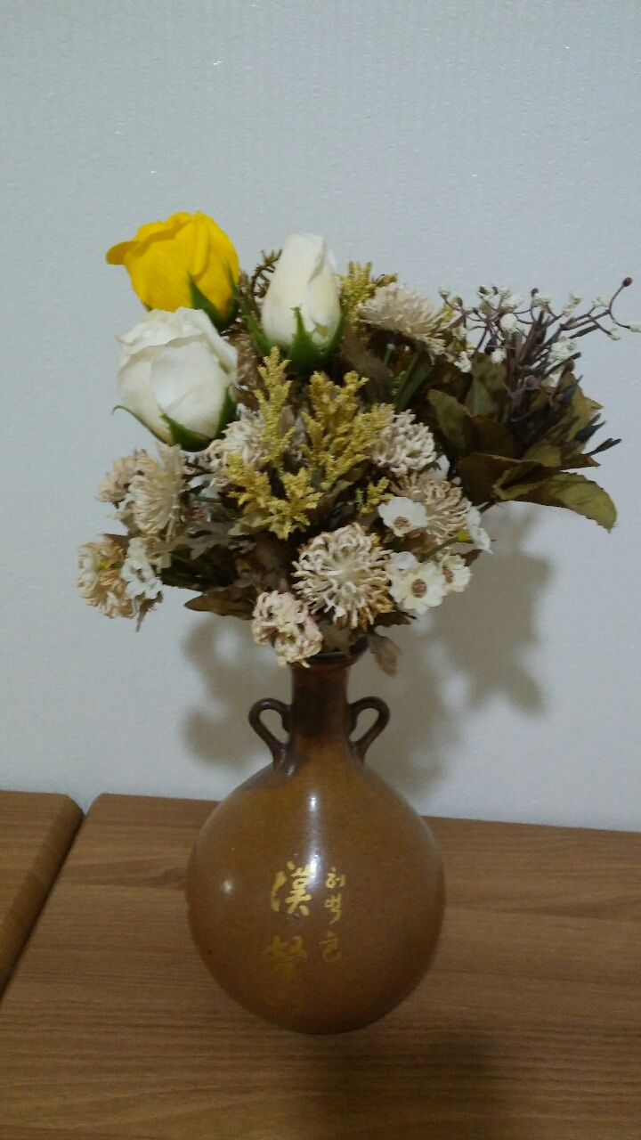 고상한 도자기에   조화 3개비누장미3 개 총6 개  은은하게 도자기와 조화꽃이 어울림니다^^