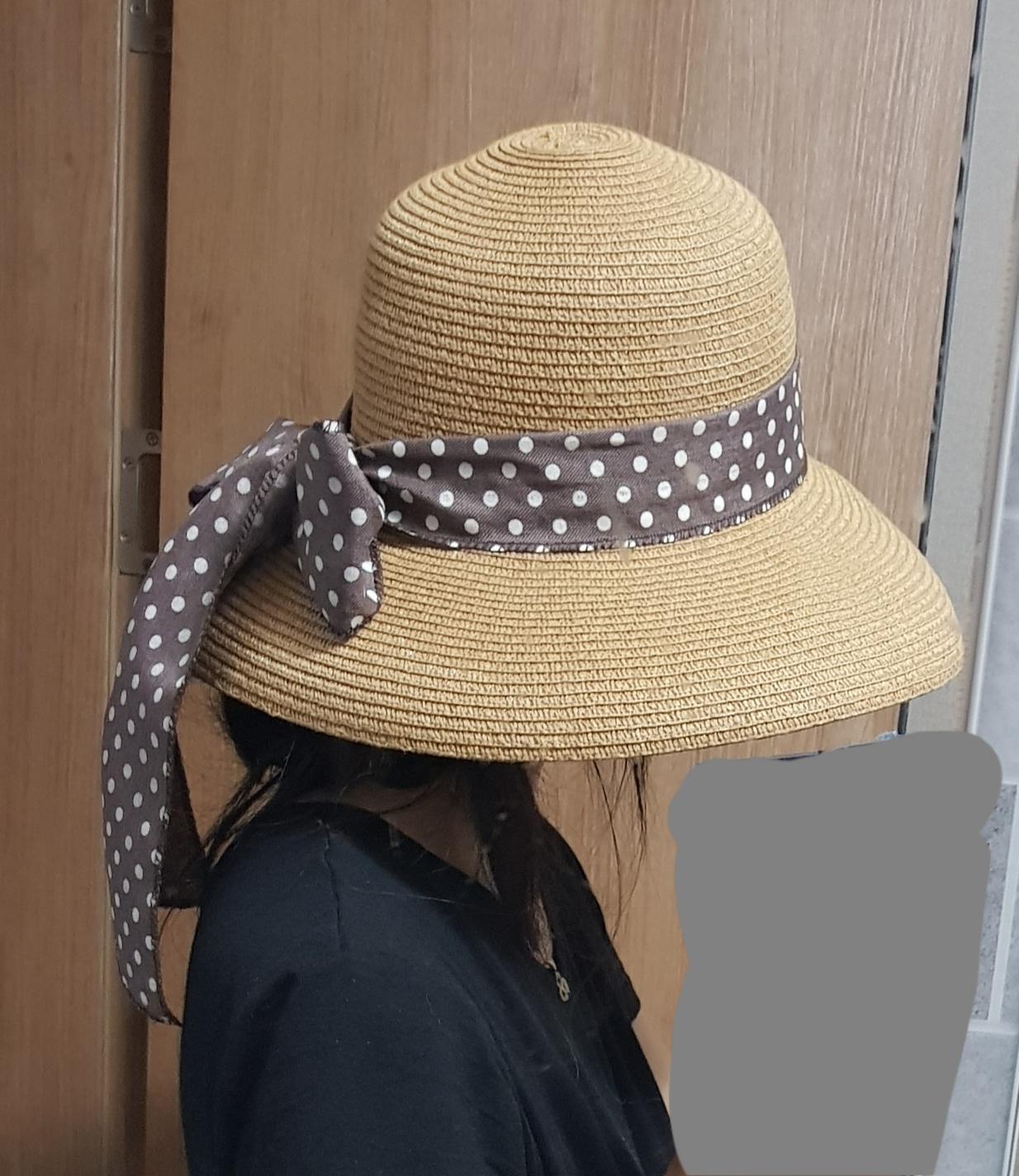 여성 창 넓은 모자에요.